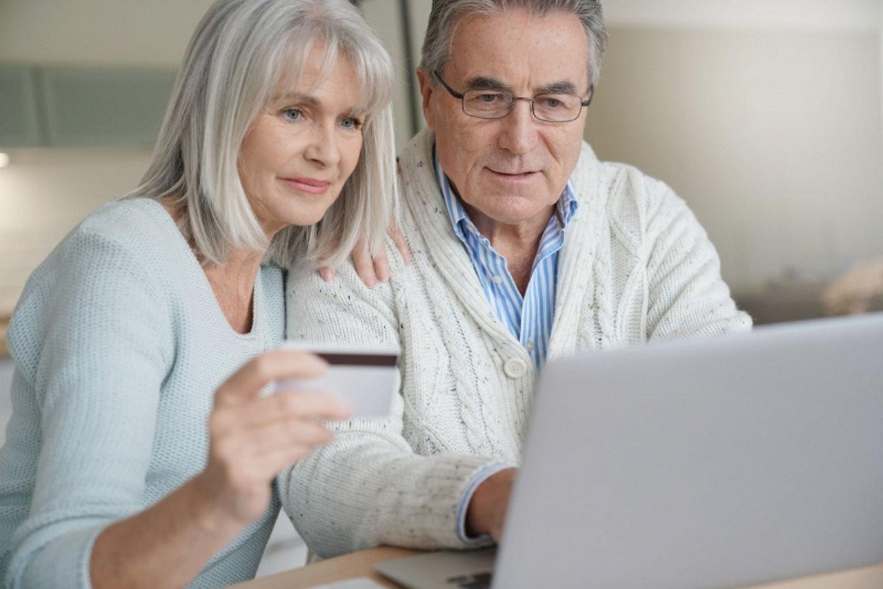 seniorzy w internecie