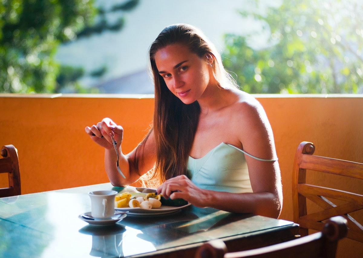 dziewczyna jedząca posiłek